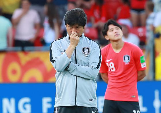 15일 오후(현지시간) 폴란드 우치 경기장에서 열린 2019 국제축구연맹(FIFA) 20세 이하(U-20) 월드컵 결승에서 팀을 준우승을 이끈 정정용 감독이 아쉬운 표정으로 시상식을 기다리고 있다. [연합뉴스]