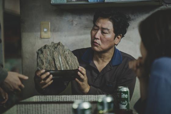 '기생충'에서 영화 초반 기택(송강호)의 가족이 선물받은 이 수석은 이후 모든 사건의 출발점. [사진 CJ엔터테인먼트]