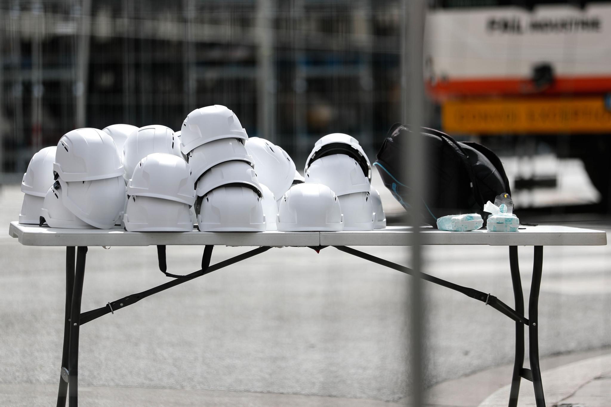 미사 참석자들이 쓸 안전모가 진열된 모습. [AFP=연합뉴스]