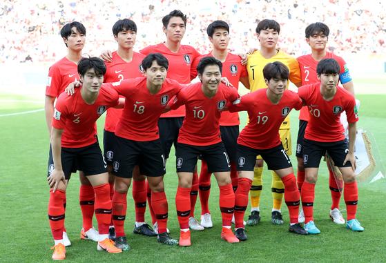 16일 오전(한국시간) 폴란드 우치 스타디움에서 열린 '2019 국제축구연맹(FIFA) U-20 월드컵' 결승전 대한민국과 우크라이나의 경기에 선발 출전한 대한민국 대표팀 선수들이 포즈를 취하고 있다. [뉴스1]