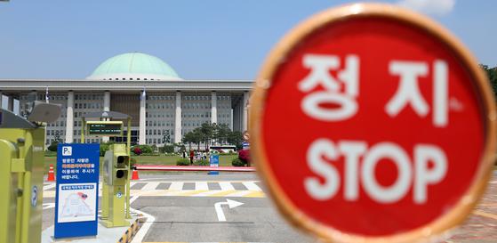 12일 서울 여의도 국회 정문 정지간판 뒤로 본청이 보이고 있다. [뉴스1]