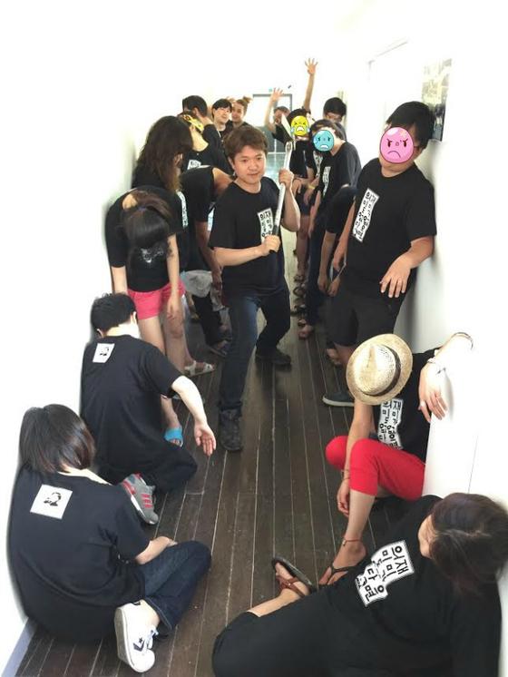 서울 근교 폐교에서 열린 2회 장르문학부흥회. 밤을 꼬박 지새운 독자들과 함께 한 좀비 컨셉의 단체사진.