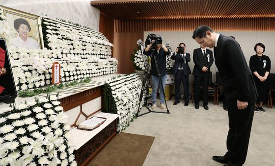 이재용 삼성전자 부회장이 12일 오전 서울 서대문구 신촌 세브란스병원 장례식장에 마련된 고(故) 김대중 전 대통령 부인 이희호 여사의 빈소에서 조문하고 있다. 오종택 기자