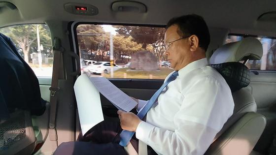 김부겸 의원이 지난 13일 대구 여성지도자 대상 강연을 앞두고 차량에서 강연 준비를 하고 있다. 윤성민 기자