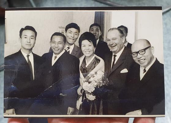 김부겸 의원은 지난 13일 방문한 한국파독연합회 대구지회를 방문했다. 조충래 대구지회 부회장은 1964년 박정희 전 대통령이 독일을 방문했을 때 찍은 사진을 가슴팍에 넣고 다닌다. [조충래 부회장 제공]