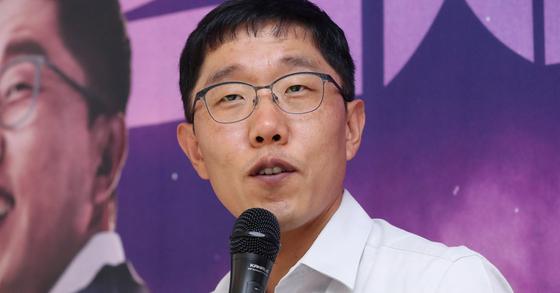 방송인 김제동이 지난해 9월 서울 강남구의 한 카페에서 열린 KBS 시사 토크쇼 '오늘밤 김제동' 기자간담회에서 질문에 답하고 있다. [연합뉴스]