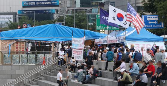 13일 오후 서울 광화문광장에 대한애국당 천막이 설치돼 있다. 서울시는 이날 오후 8시까지 자진철거를 요청했다. [연합뉴스]