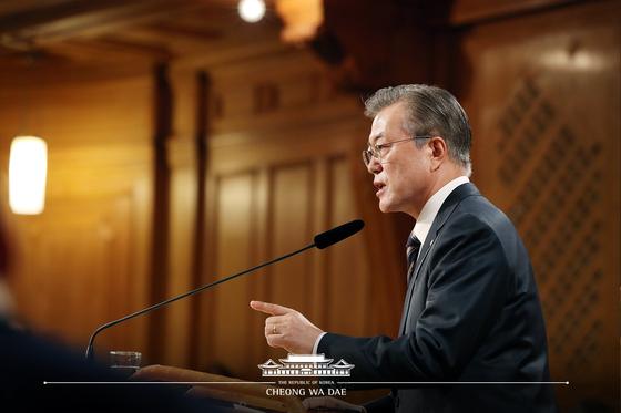 스웨덴을 국빈 방문 중인 문재인 대통령이 14일(현지시간) 스톡홀름 스웨덴 의회 구 하원 의사당에서 연설을 하고 있다. 청와대 페이스북