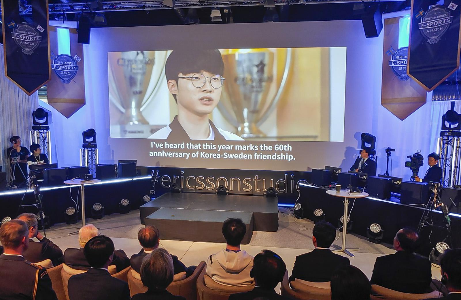 SK텔레콤이 지난 14일 문재인 대통령 스웨덴 국빈 방문 중 시스타 소재 에릭슨 연구소에서 열린 5G 시연 행사에서 특별 제작 영상을 통해 한국과 스웨덴의 123년 통신 협력 역사를 소개하고 있다. SKT 제공