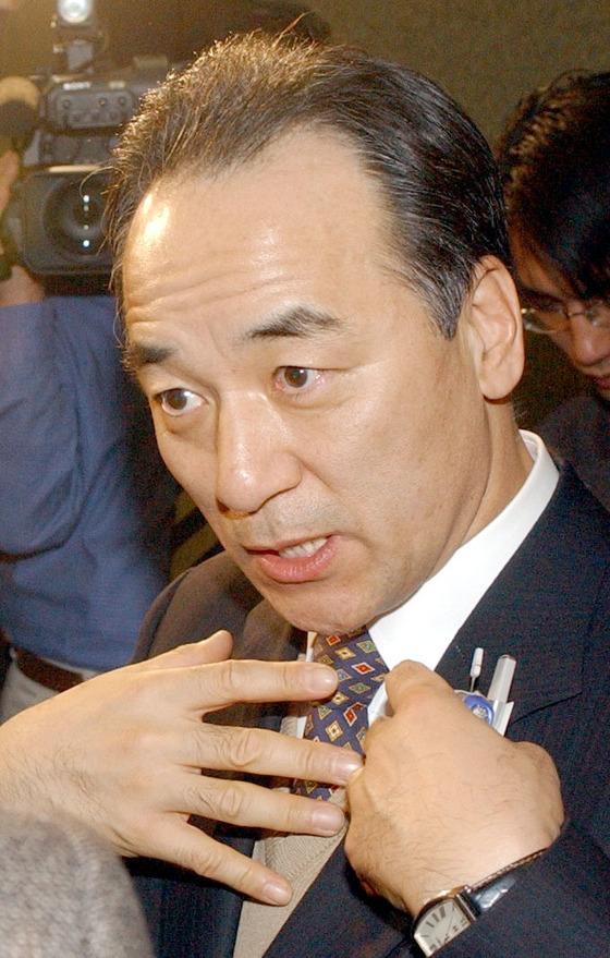 김충환 전 한나라당 의원이 17일 명성교회 세습반대 집회에서 낫을 휘둘러 현행범 체포됐다. [중앙포토]