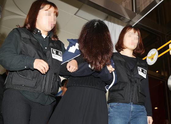 '전 남편 살해 사건' 피의자 고유정이 12일 오전 제주 동부경찰서에서 제주지검으로 송치되고 있다. [뉴스1]
