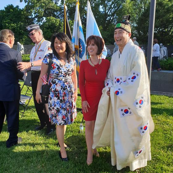 공연이 끝난 후 미국 국민가수 딘 마틴(Dean Martin, 가운데), 그의 딸 디아나 마틴(Deana Martin, 왼쪽)과 함께 기념 촬영한 박완 팝페라 크로스오버 테너(오른쪽). [사진 박완 제공]