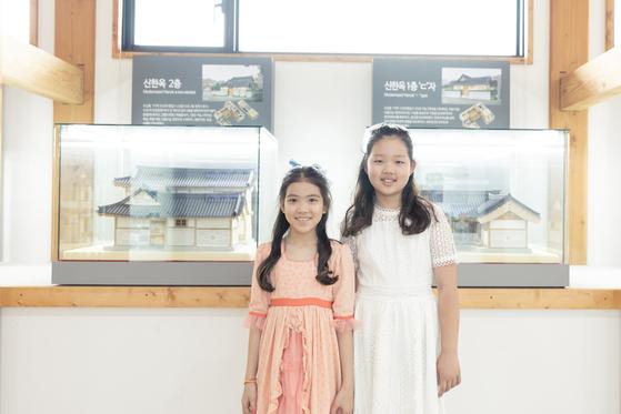 (왼쪽)이수안·허시은 학생모델이 수원한옥기술전시관 신한옥 소개 코너에서 새로운 한옥 건축 방식을 배웠다.