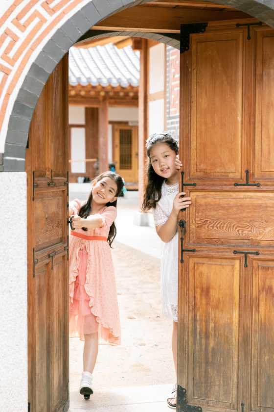 (왼쪽)이수안·허시은 학생모델이 장안사랑채 뒤뜰에서 자유롭게 뛰어 놀았다.