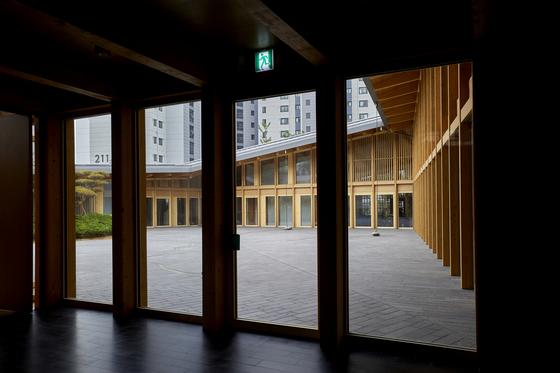 주한 스위스 대사관 1층이다. 안에서 밖을 바라보면 빗물 이용 설치물, 가까이에 있는 아파트 단지 등이 눈에 띈다.