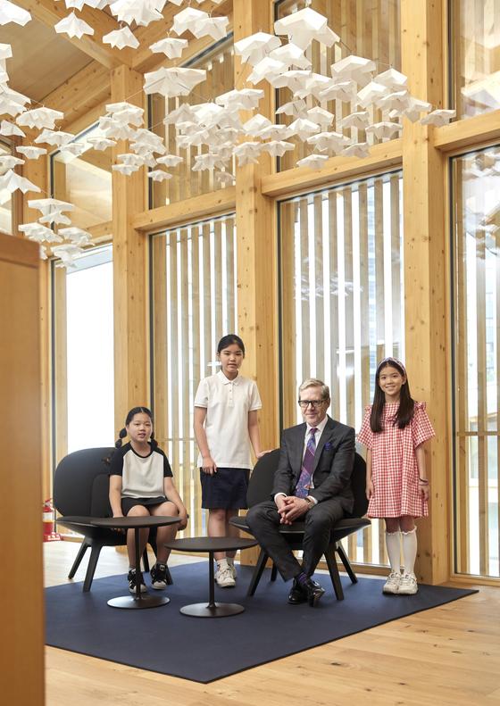 (왼쪽부터) 허시은 학생모델, 박규리 학생기자, 리누스 폰 카스텔무르 주한 스위스 대사, 이수안 학생모델이 카메라를 향해 포즈를 취했다.