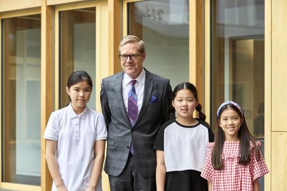 (왼쪽부터)박규리 학생기자, 리누스 폰 카스텔무르 주한 스위스 대사, 허시은·이수안 학생모델이 카메라를 향해 웃어 보였다.