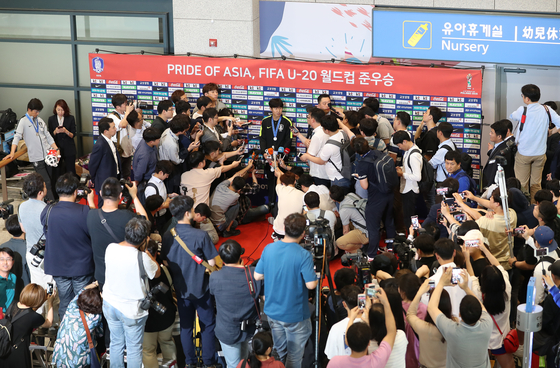폴란드에서 열린 축구 U-20 월드컵에서 준우승을 차지한 한국 대표팀 이강인이 17일 오전 영종도 인천국제공항으로 귀국, 인터뷰를 하고 있다. [연합뉴스]