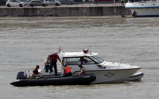 헝가리 유람선 침몰 남은 실종자 3명…가족들 수색 현장 참관