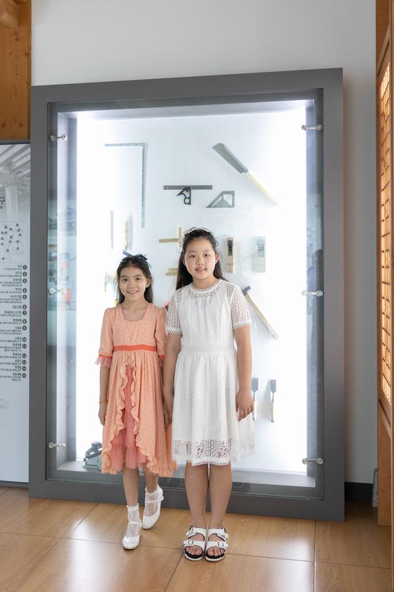(왼쪽)이수안·허시은 학생모델이 신한옥 건축 공구를 공부했다.