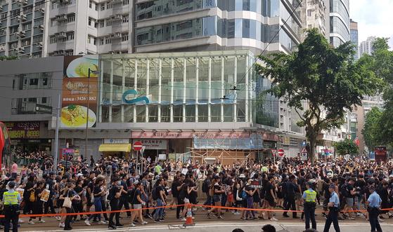 '범죄인 인도 법안'(일명 송환법)에 반대하는 홍콩 시민들이 16일(현지시간) 도심을 행진하고 있다.   이날 검은 옷을 입고 집회에 참가한 시민들은 지난 12일 시위 때 경찰의 강경 진압을 규탄했다. 홍콩 언론은 이날 시위 참여 인원이 100만 명을 넘은 것으로 추산했다.[연합뉴스]