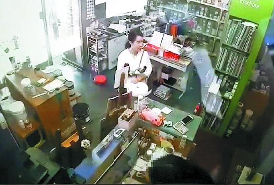 고유정이 지난달 29일 오후 3시 30분쯤 인천의 한 가게에 들른 모습. 경찰은 고유정이 이 가게에서 방진복·덧신 등을 구입했다. [사진 제주동부경찰서]