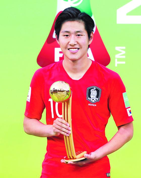 이강인이 U-20 월드컵 골든볼 트로피를 들고 환하게 웃었다. 그는 FIFA 주관 대회 골든볼을 받은 최초의 한국 선수다. [연합뉴스]
