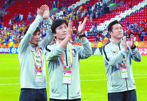 정정용(가운데) 감독과 코치진이 결승전 직후 응원해준 관중에게 박수로 화답했다. [연합뉴스]