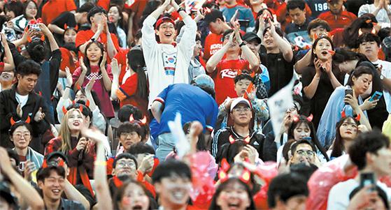 한국 U-20 축구대표팀의 선전으로 국민 모두는 뜨거운 6월을 보냈다. 사진은 결승전이 열린 16일 새벽 서울월드컵경기장에서 2만여 팬들이 단체응원을 펼쳤다. [연합뉴스]