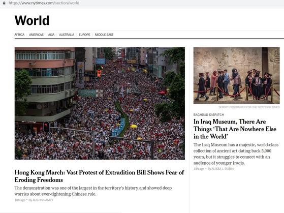 10일 뉴욕타임스는 수많은 인파가 결집한 시위 사진을 국제 섹션 최상단에 내걸었다. [사진 뉴욕타임스 홈페이지]