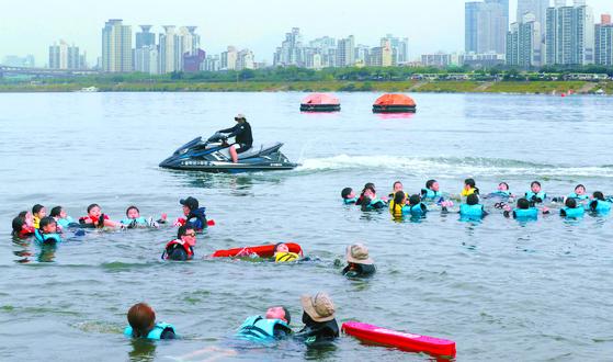 서울 S초등학교 학생들이 지난 14일 한강에서 구명조끼를 입고 생존수영 교육을 받았다. [변선구 기자]