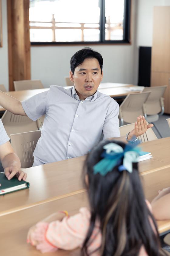 전호주 주무관이 수원한옥기술전시관 2층에서 학생기자단에게 신한옥 관련 설명을 하고 있다.