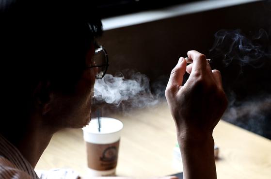 지난 6월 서울의 한 흡연카페에서 담배를 피는 흡연자. *기사와 관계 없는 사진 [뉴스1]