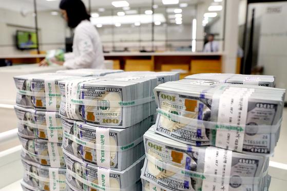 시중은행 외환 창구에 쌓여있는 미국 달러화. [중앙포토]