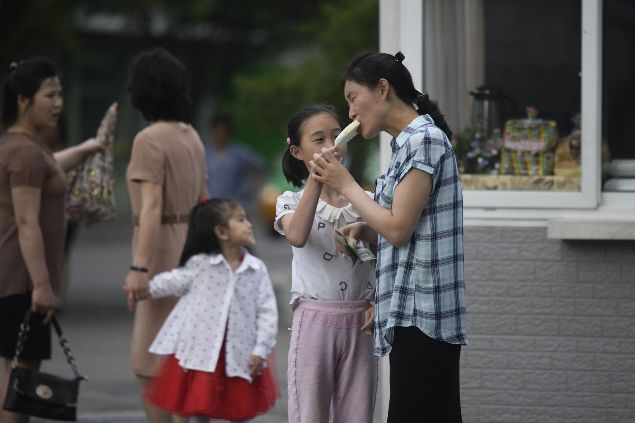 [서소문사진관] 북한 평양 시민들의 주말 풍경