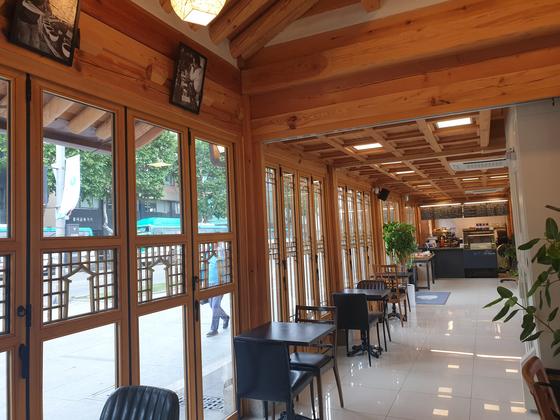 카페 안에 들어가면 전통한옥의 나무 구조와 현대식 유리창이 잘 어우러진 모습을 볼 수 있다.
