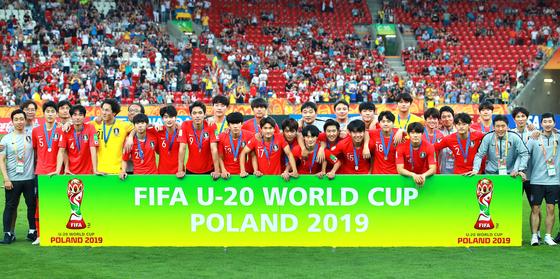 15일 오후(현지시간) 폴란드 우치 경기장에서 열린 2019 국제축구연맹(FIFA) 20세 이하(U-20) 월드컵 결승 한국과 우크라이나의 경기에서 1-3으로 패하며 준우승을 차지한 이강인 등 선수들이 메달을 목에 건 채 기념촬영을 하고 있다. [연합뉴스]