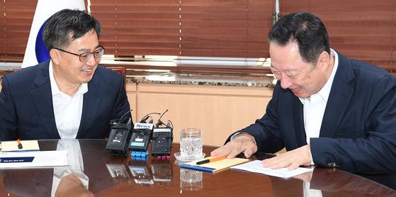 지난해 6월 박용만(오른쪽) 대한상의 회장이 당시 김동연 경제부총리 겸 기획재정부 장관을 만나 규제개혁 정책건의서를 전달한 뒤 대화하고 있다. [연합뉴스]