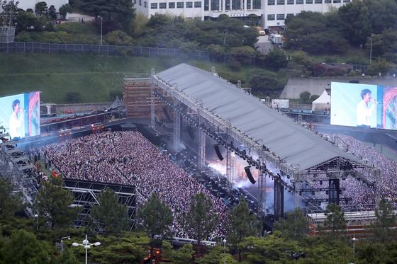 15일 부산 아시아드 보조경기장에서 방탄소년단(BTS)이 팬 미팅·콘서트를 하고 있다. [연합뉴스]