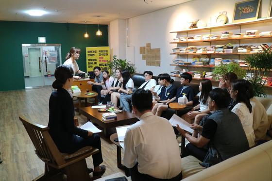 김수민 의원이 청주 지역사무실에는 청소년의 애로사항을 전해 듣고 있다.