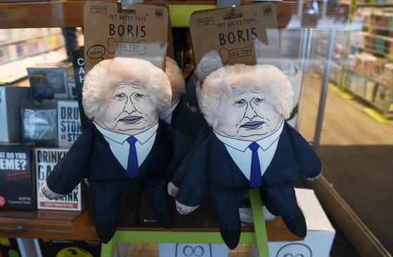 존슨 전 장관의 모습을 본 뜬 애견 장난감이 영국 한 상점에 진열돼 있다. [EPA=연합뉴스]