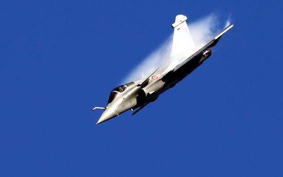프랑스 공군의 다쏘 라팔 전투기가 17일 파리 에어쇼 개막을 알리는 비행을 하고 있다. [TASS=연합뉴스]