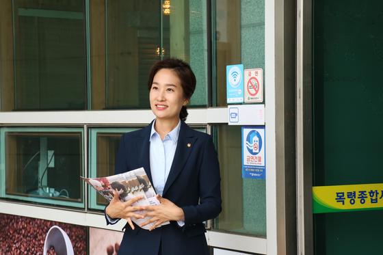 의정보고서를 배포하는 김수민 의원