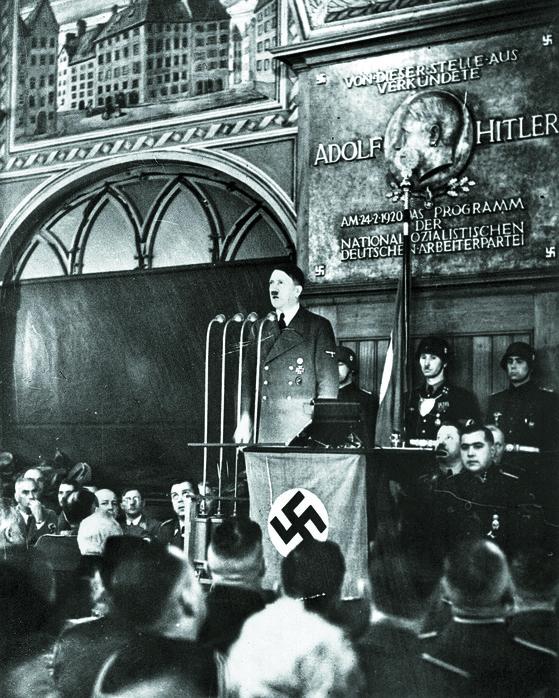 히틀러(가운데)가 1940년 2월 24일 뮌헨의 명소인 맥주 양조장 호프브로이하우스에서 연설을 하고 있는 모습. 1920년 히틀러는 이곳에서 2천여명의 지지자를 모아놓고 나치 창당을 선언했다. [사진 AP=연합뉴스]