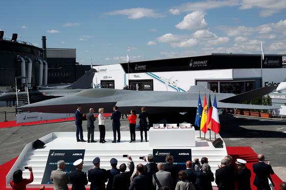 마크롱 프랑스 대통령 등 참석자들이 3국 합작 생산할 차세대 전투기 모델 개막 행사에 참석하고 있다. [AFP=연합뉴스]