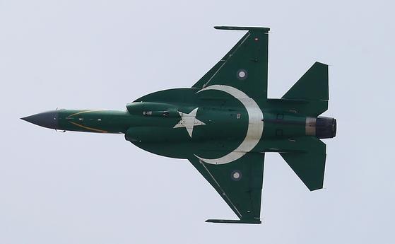 파키스탄 PAC Kamra JF-17 천둥 제트 전투기가 17 일 파리 에어쇼에서 시범 비행하고 있다. 이 전투기는 파키스탄과 중국이 합작, 개발해 2003년 첫 비행을 했다. 중간 및 낮은 고도에서 뛰어난 전투 기동성을 갖춰 공중 정찰, 지상 공격 및 항공기 차단이 주요 임무다. [UPI=연합뉴스]