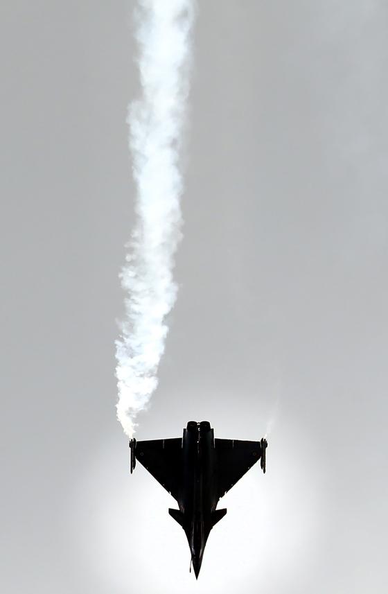 프랑스 전투기가 17 일 파리 북부 르부르제에서 열린 제 53 회 국제 파리 에어쇼 개막식에서 시범 비행을 하고 있다. [UPI=연합뉴스]