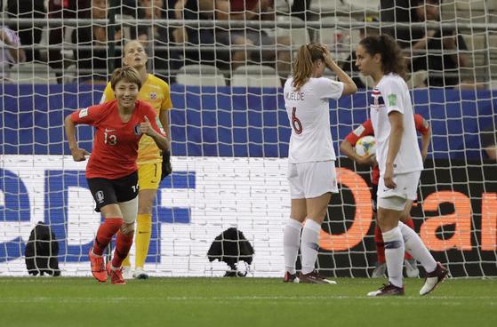 여민지가 18일 열린 여자월드컵 A조 조별리그 3차전에서 노르웨이를 상대로 후반 33분 만회골을 넣고 기뻐하고 있다. [AP=연합뉴스]