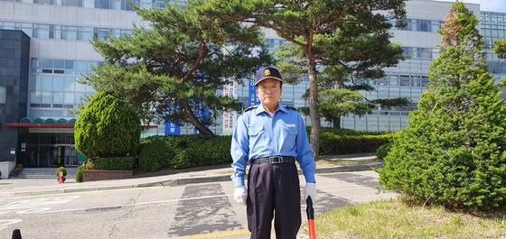 박봉을 쪼개 3년간 부은 적금으로 발전기금을 마련해 기탁한 배재대 경비원 조동주씨. [사진 배재대]