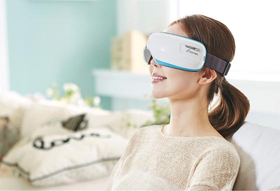 온열+진동+공기압 기능으로 눈 부위를 마사지 시키는 '아이오 눈 마사지기'. [사진 코지마]
